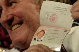 Жерар Депардье с паспортом