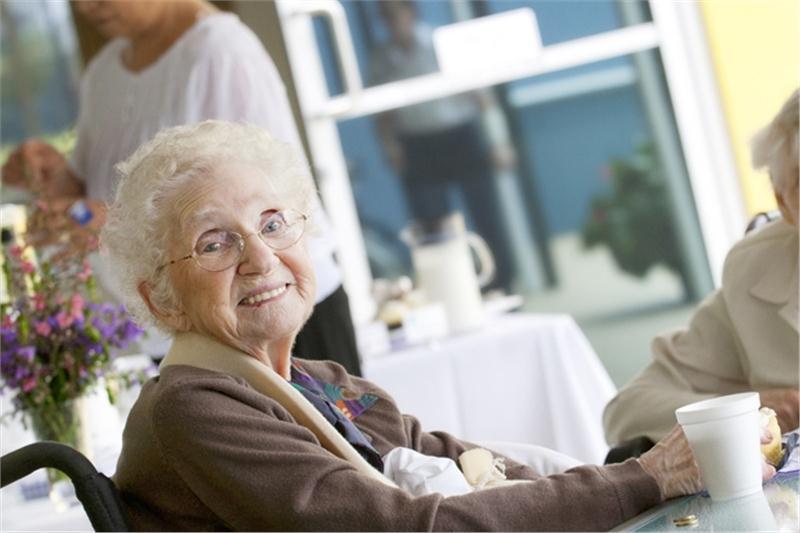 правильно обустроить быт престарелых людей