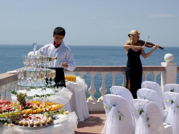 Кейтеринг — стильно и комфортно. Фото с сайта svadbaponovomu.ru
