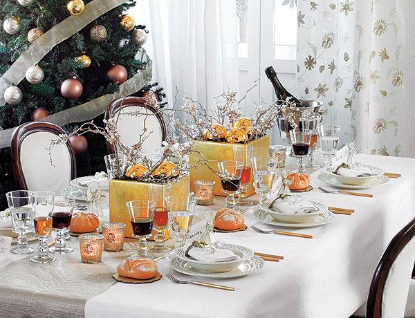 Классическа белая скатерть и яркие акценты. Фото с сайта http://home-restaurant.ru