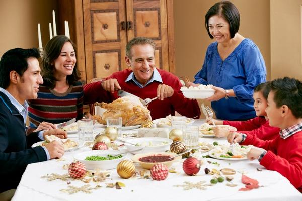 Вкусный стол и разнообразные развлечения. Фото: Monkey Business - Fotolia.com