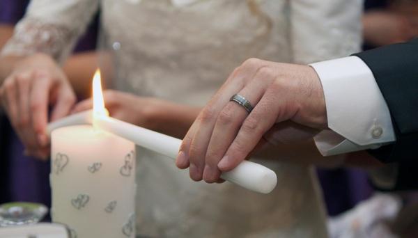 Как присходит зажжение семейного очага? Фото с сайта inter-svadba.com