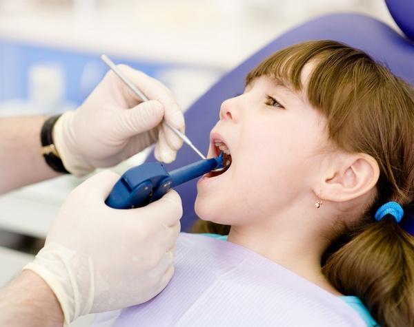 Фторирование зубов: показания. Фото: Ermolaev Alexandr - Fotolia.com