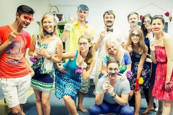 Вечеринка с друзьями — отличный вариант! Фото с сайта rebenok.by