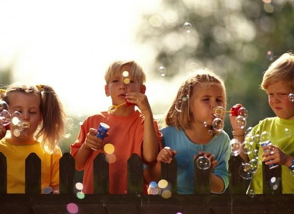 Конкурсы для детей — отличный способ развеселить ребят. Фото с сайта mamablogg.ru