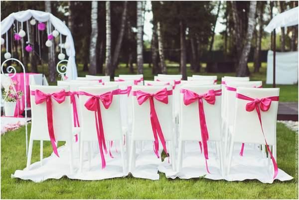 Стильно украшенные стулья. Фото с сайта my-svadba.ru