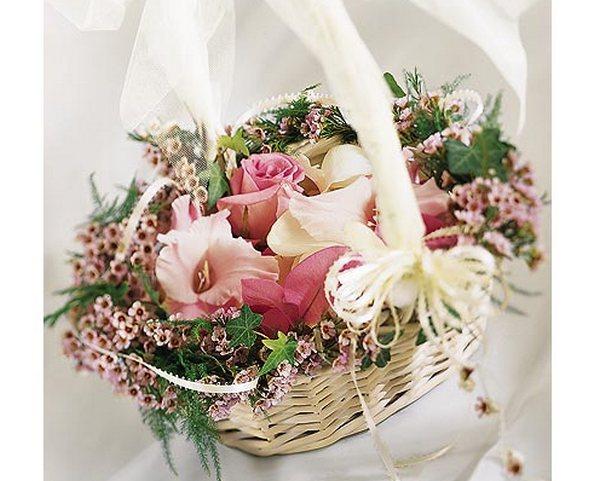 Корзина в руках невесты — романтично. Фото с сайта podarki.ru
