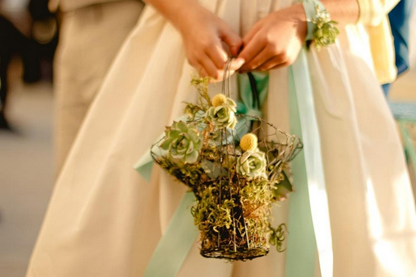Букет в виде корзинки для романтичной барышни. Фото с сайта www.amursvadba.ru