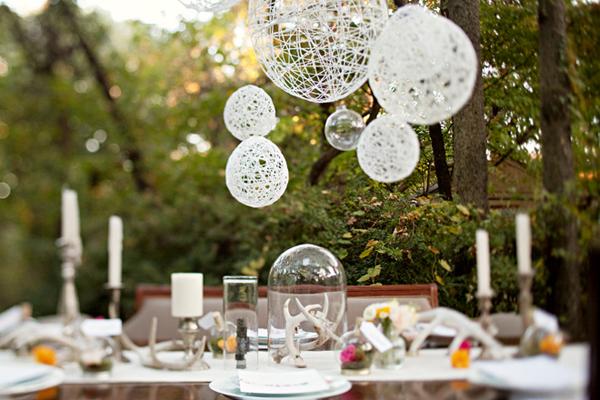 Шары из ниток — дизайнерское решение для свадьбы. Фото с сайта www.discoverwedding.ru
