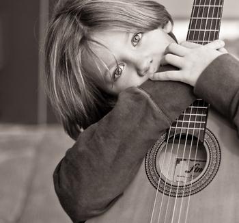 Если мальчик увлекается музыкой, приятным подарком станет инструмент. Фото с сайта favim.ru