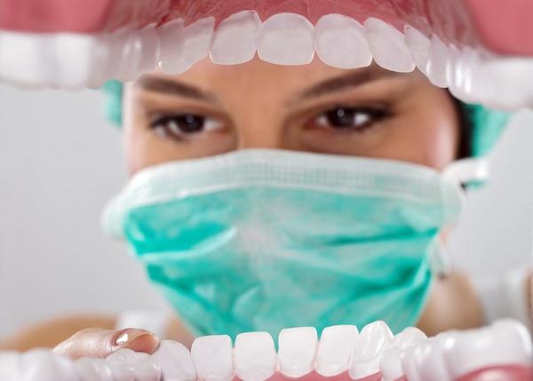 Почему шатаются зубы? Фото: Igor Mojzes - Fotolia.com