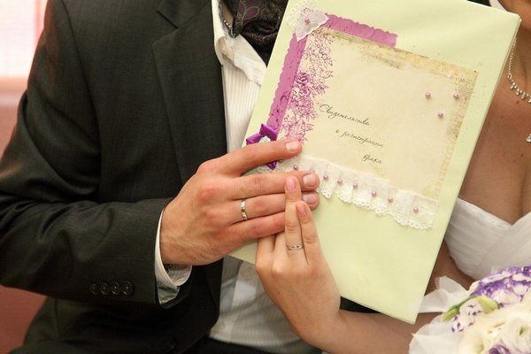 Папка для свидетельства о браке в нежных тонах. Фото с сайта nevesta.info