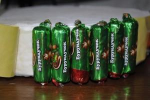 Крепим конфеты к основе. Фото: retseptytortov.ru