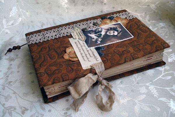 Еще один вариант декора альбома в винтажном стиле. Фото с сайта http://www.ugomon.ru/