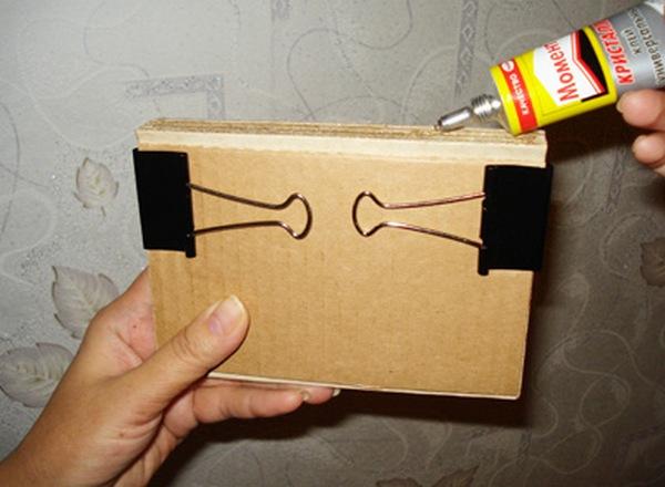 Скрепляем листы в блокнот. Фото с сайта http://www.ugomon.ru/