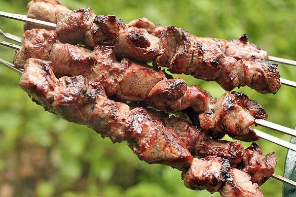 Готовим шашлык из баранины. Фото с сайта topreceptov.ru/