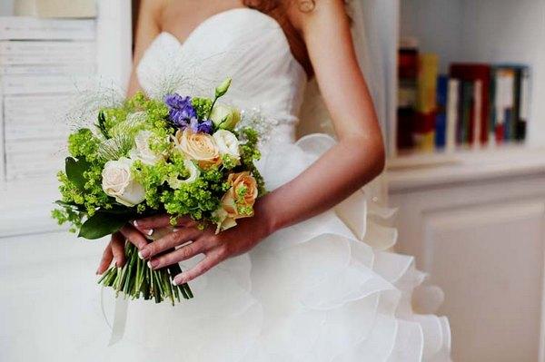 Свадебный букет — яркая деталь образа невесты. Фото с сайта x-studios.ru