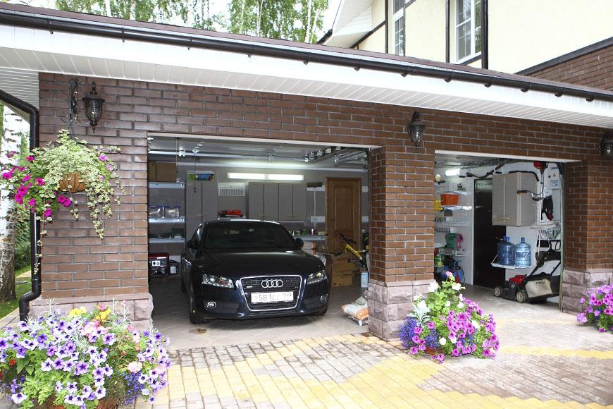 Кирпичный гараж на участке