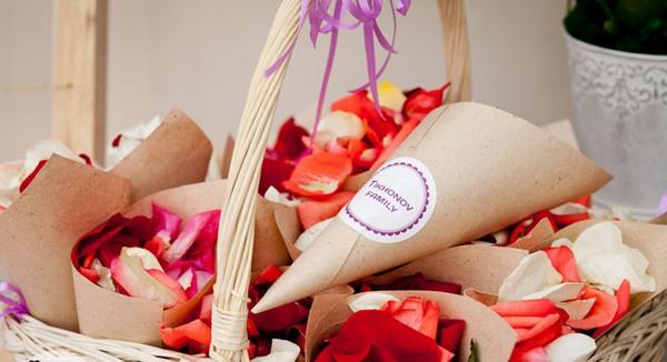 Кулечки с лепестками роз для осыпания молодых. Фото с сайта my-svadba.ru