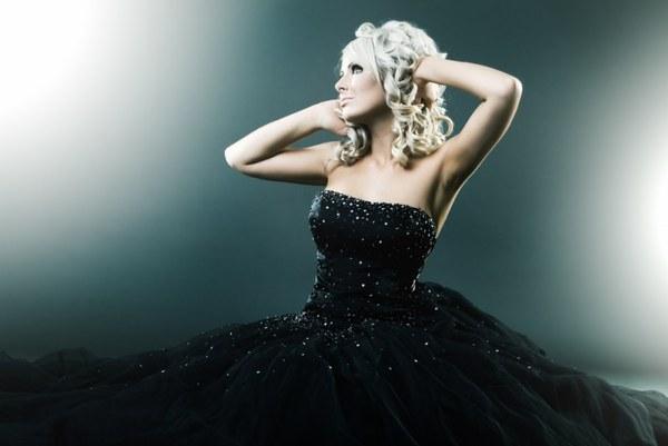 Черное свадебное платье может быть декорировано камнями. Фото с сайта www.wday.ru