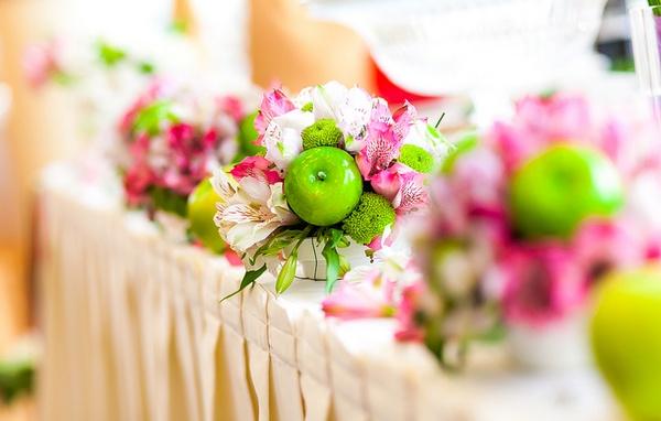 Оформление зала: цветы и яблоки. Фото с сайта www.nevesta.info