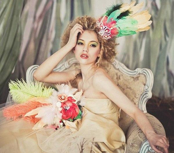 Экстравагантный образ невесты и букет из перьев. Фото с сайта vk.com