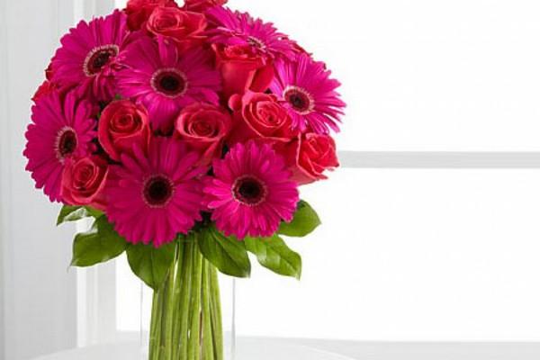 Яркие герберы с розами — стильно и празднично! Фото с сайта flowers.tw1.ru