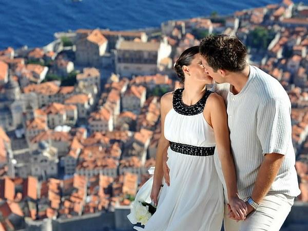 Наряды жениха и невесты с греческими акцентами. Фото с сайта prazdnikshow.com