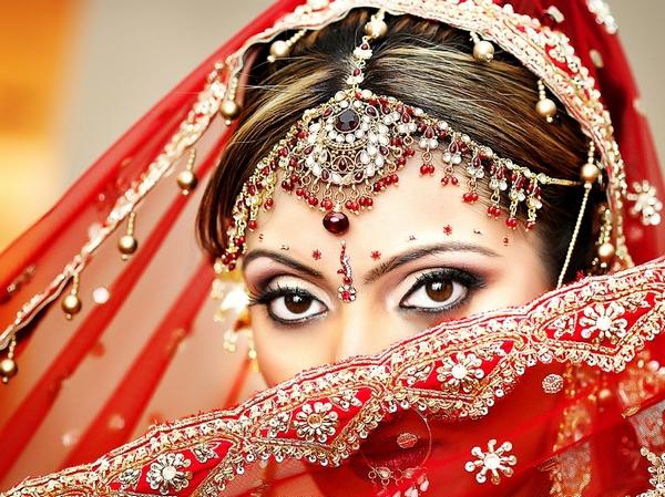 Невеста в ярком одеянии и с выразительным макияжем. Фото с сайта srve.ru