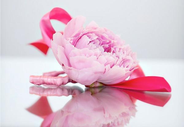 Романтичный браслет с пионом. Фото с сайта bolshoyvopros.ru