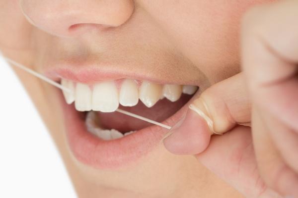 Зубная нить для полного очищения зубов. Фото: WavebreakmediaMicro - Fotolia.com