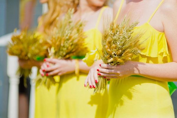Подружки невесты в одинакового цвета платьях. Фото с сайта photowithlove.com