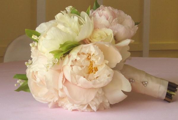 Свадебный букет и букет-дублер — оставят память о свадьбе. Фото с сайта yarada.ru