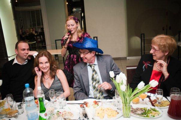 Конкурсы для юбилея 55 лет женщине прикольные за столом