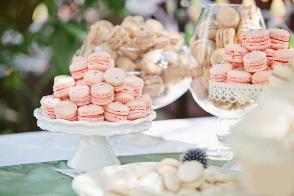 Макаруны и маффины — украшение сладкого стола. Фото с сайта weddywood.ru