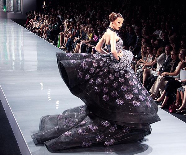 Свдебное платье не обязательно должно быть однотонным. Фото с сайта alexgabany.ru