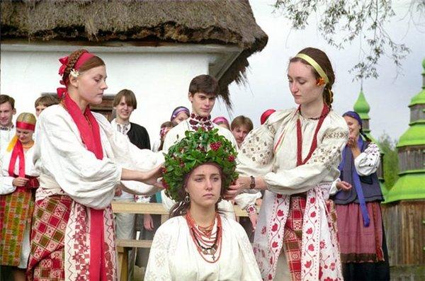 Невесте расплетают косы. Фото с сайта svadbaua.org