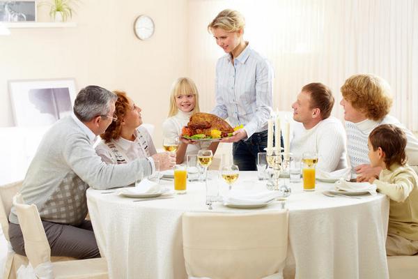 Поведение за столом в гостях: основные правила. Фото с сайта newsanons.indee.ru