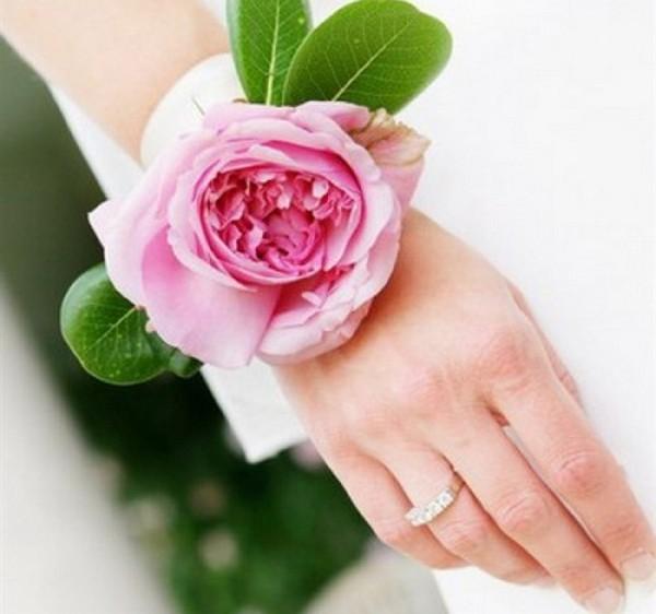 Отличная альтернатива букету — цветочный браслет. Фото с сайта bouquet-hands.com