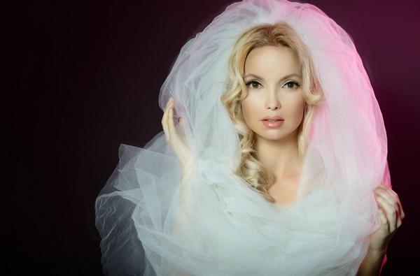 Фата и распущенные локоны — беспроигрышный вариант для невесты. Фото с сайта stylist.crimea.ua