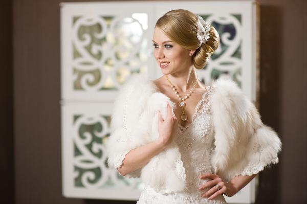 Болеро из меха для зимней свадьбы. Фото с сайта www.omsvadba.ru