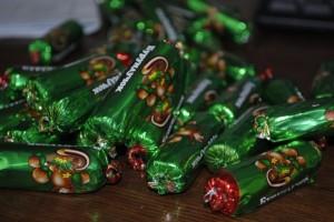 Конфеты можно выбрать по своему желанию, главное, чтобы они соответствовали по размеру форме. Фото: retseptytortov.ru